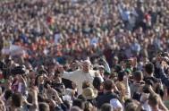 03/09/2014 – El Papa Francisco reunió, como cada miércoles en la plaza de San Pedro, a miles de fieles venidos de todas las…