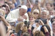15/10/2014 – Hoy, Francisco ha hecho una pausa en los trabajos del Sínodo de los Obispos, para acudir a la plaza de san…