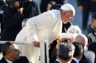 17/12/2014 – La multitud de peregrinos y fieles que acudió a la Plaza de San Pedro del Vaticano, para participar de la audiencia…