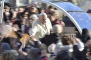 10/12/2014 – El Papa Francisco y miles de fieles desafiaron al frío de diciembre en Roma para participar en la audiencia general de…