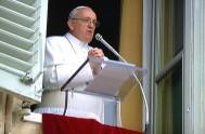 23/02/2015 – Al presidir el rezo del Ángelus del primer Domingo de Cuaresma, el Papa…