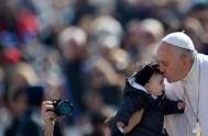 15/05/2015 – Las comunidades miedosas y sin alegría están enfermas, no son comunidades cristianas: lo dijo hoy el Papa Francisco en la Misa…