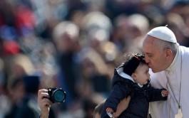 15/05/2015 – Las comunidades miedosas y sin alegría están enfermas, no son comunidades cristianas: lo dijo hoy el Papa Francisco…