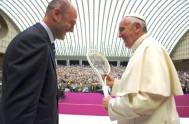 11/05/2015 – El viernes 8 de mayo, el Papa Francisco recibió a los miembros de la Federación Italiana de tenis en el…
