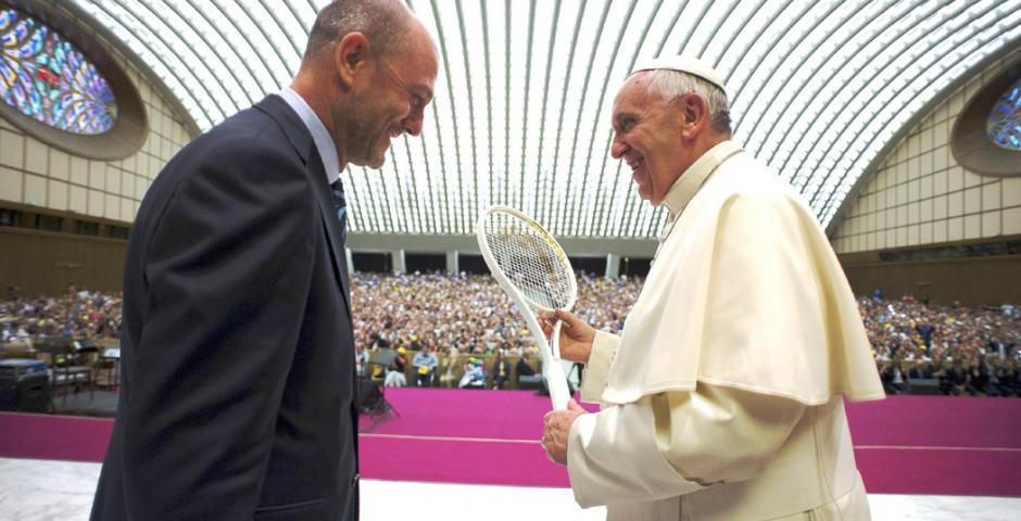 Papa francisco raqueta