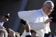 """26/05/2015 – """"Es feo ver a un cristiano"""" que quiere seguir a Jesús pero """"no deja su mundanidad"""". Es la advertencia de Papa…"""
