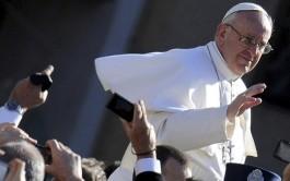 """26/05/2015 – """"Es feo ver a un cristiano"""" que quiere seguir a Jesús pero """"no…"""