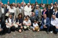 """23/06/2015 – Una gran reunión de familia, pero, sobre todo, un par de horas de vida """"casi normal"""". Papa Francisco, en su visita…"""