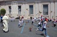 01/06/2015 – El sábado pasado al mediodía, en el Aula Pablo VI de la Ciudad del Vaticano, el Papa Francisco se…