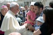 21/10/2015 – En la mañana de hoy el Papa Francisco celebró la audiencia general frente a miles de peregrinos congregados en la Plaza…