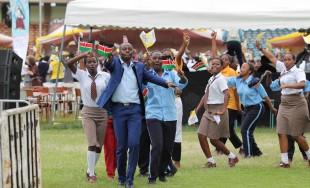 """27/11/2015 – En sus últimas horas en Kenya, el Papa Francisco se reunió en la ciudad de Neirobi en el estadio de fútbol """"Casa de los héroes"""" con más de 50 mil…"""