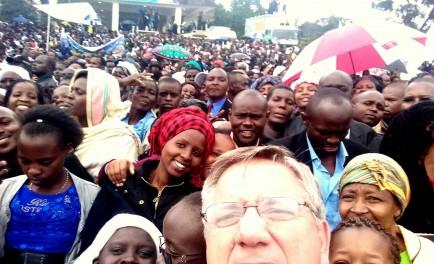 30/11/2015 - A minutos de pisar suelo en Roma con el avión que trasladó al Papa Francisco y a 74 periodistas que lo acompañaron en su viaje apostólico a África, el P.…