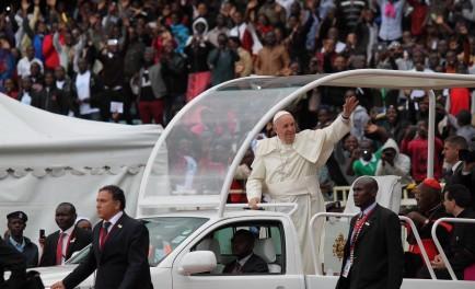 """27/11/2015 - En sus últimas horas en Kenya, Francisco participó de un encuentro con los jóvenes reunidos en el Estadio """"Casa de los héroes"""" en la ciudad de Nairobi. Allí, fue recibido…"""