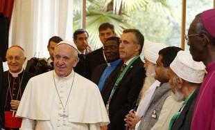 """26/11/2015 - En su segundo día en Nairobi, Kenia, Francisco se encontró con representantes de diversas religiones en la Nunciatura Apostólica, a quienes les expresó: """"Nuestra convicción común es que el Dios…"""