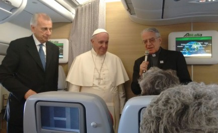 01/12/2015 – Papa Francisco ofreció una rueda de prensa a los periodistas que lo acompañaron en su primera e histórica visita a África en donde visitó Kenia, Uganda y la República Centroafricana.…