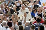 "16/12/2015 – Hoy el Papa Francisco compartió su catequesis de cada miércoles en la audiencia general. Recordó ""la apertura de la Puerta Santa…"