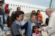 16/04/2016 – No fue a hablar sino a buscarlos. Francisco regresa de Lesbos al Vaticano con 12 refugiados musulmanes, algo más que un…