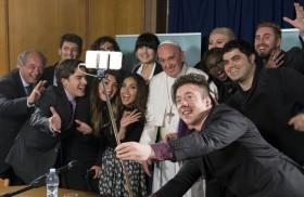30/05/2016 -El Papa Francisco clausuró el VI Congreso Mundial de Scholas tras reunirse con 12 youtubers de los cinco continentes quienes le hicieron preguntas y a los cuales el Papa respondió con…