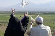 27/06/2016 –Dos palomas alzaron este domingo el vuelo empujadas por las manos del papa Francisco y del patriarca armenio Karekin II, como…