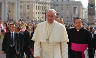 26/09/2016 - El Papa Francisco rezó el Ángelus tras la celebración de la misa con los catequistas ante cientos de peregrinos en la Plaza de San Pedro.Esta vez cambió la habitual la…