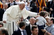 """7/09/2016 – Ante los peregrinos reunidos en la Plaza de San Pedro, el Papa explicó que Jesús """"es el instrumento concreto de…"""