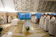 """18/11/2016 – El Papa Francisco en su homilía en Santa Marta dijo que """"la gente no perdona a un sacerdote apegado al dinero…"""