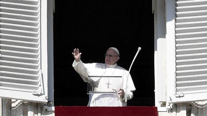 Papa-balcon-rezo-Angelus-enero_986312265_119593156_667x375
