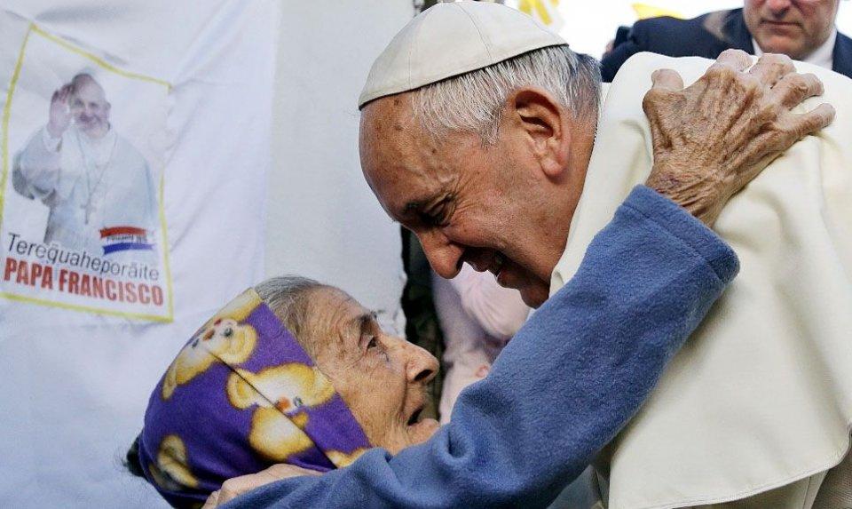 cuanto-vale-esta-imagen-para-la-devota-que-a-pesar-de-la-edad-aguanto-estoicamente-hasta-recibir-el-saludo-papal-_960_573_1255090
