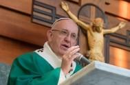 """23/02/2017 – Esta mañana durante la misa en Santa Marta, el Papa Francisco invitó a no escandalizar a """"los pequeños"""" con la doble…"""