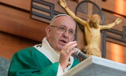"""23/02/2017 - Esta mañana durante la misa en Santa Marta, el Papa Francisco invitó a no escandalizar a """"los pequeños"""" con la doble vida, porque el escándalo destruye. """"Córtate la mano"""", """"arráncate…"""