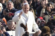 """20/02/2017 –Francisco para rezar la oración mariana del Ángelus dijo a los fieles reunidos en la Plaza San Pedro: """"Aquello que Jesús nos…"""