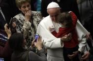 """11/04/2017 – Francisco se encontró en el Vaticano con un grupo de niños y jóvenes del Hospital Pediátrico """"Bambino Gesù"""" de Roma, junto…"""