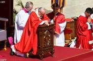 10/04/2017 – El Papa Francisco, antes del rezo del Ángelus y frente amiles de fieles y peregrinos de numerosos países, invitó a encomendar…