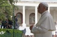 12/05/2017 – El Papa Francisco llegó hoy a Fátimaen medio de una multitud que lo esperaba en la explanada del Santuario. Allí, bajó…