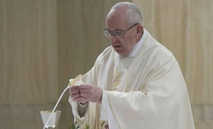 23/06/2017 - El Papa Francisco en su homilía de la misa por laSolemnidad del Sagrado Corazón de Jesús. de hoy recordó que para escuchar la voz del Señor es necesario hacerse pequeños.…