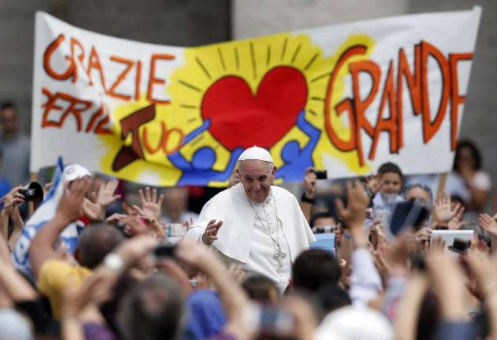 "Pope Francis waves as he passes a banner which reads ""Thanks for your big heart"" at the end of a mass in Saint Peter's Square at the Vatican May 19, 2013. REUTERS/Tony Gentile (VATICAN - Tags: RELIGION)"