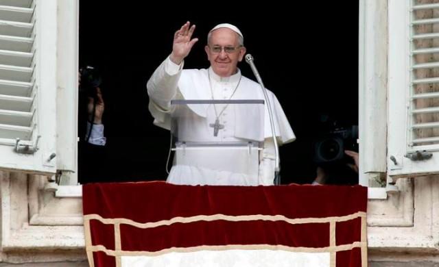 25/07/2017 - Durante el tiempo de receso por el verano, el Papa Francisco continúa compartiendo cada domingo el rezo del ángelus junto a los peregrinos venidos de todo el mundo. El Papa…
