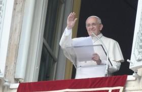 18/07/2017 - Como cada domingo, el Papa Francisco se asomó por la ventana de su oficina para compartir con miles de peregrinos el rezo del ángelus y una reflexión sobre el evangelio…