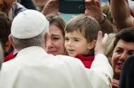 04/09/2017 – Junto amiles de peregrinos reunidos en la Plaza de San Pedro, el Papa Francisco rezó el ángelus y dirigió una breve…