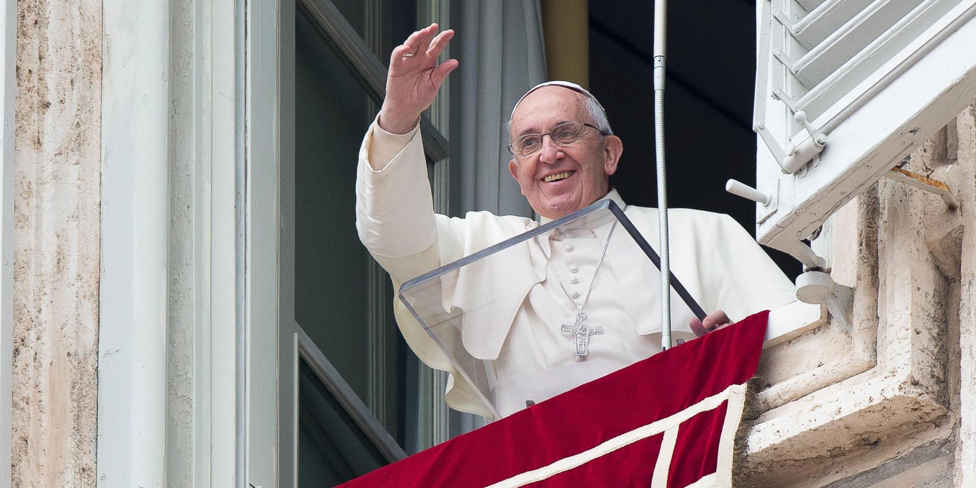 Papa: fa distribuire in piazza 50 mila libretti preghiere