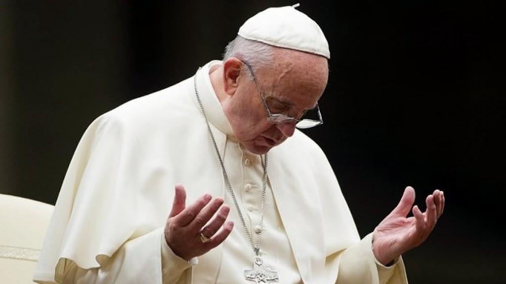 Papa Francisco rezando2