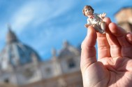 18/12/2017 –Cómo es tradición el 3er domingo de Adviento el Papa bendijo lasimágenes del niño de Jesúsque se pondrán en los pesebres familiares…