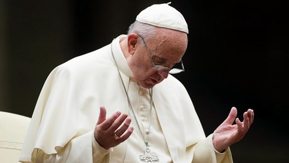 Papa-Francisco-rezando2