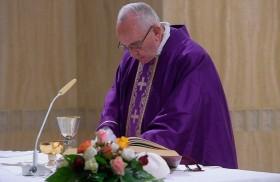 20/03/2018 - El Papa Francisco, en la misa matutina en la casa Santa Marta, invitó a mirar al Crucificado en los momentos difíciles, cuando se tiene el corazón deprimido y uno se…