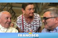 """El Papa Francisco llegó por sorpresa para sumarse al festejo del neo cardenal Konrad Krajewski, Limosnero Pontificio, quien celebró """"la púrpura"""" recibida en…"""