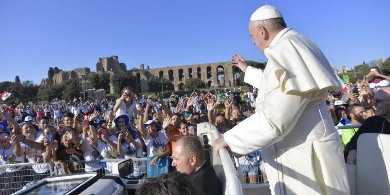 """14/08/2018 - El sábado 11 de agosto el Papa Francisco tuvo un encuentro concerca de 70.000 chicos y chicas italianos, a modo de preparación del sínodo que tendrá lugar del 3 al 28 de octubre. La cita tuvo lugar en elCirco Máximo de Roma.El evento llevaba el lema de """"Por mil caminos, rumbo a Roma"""" y fue organizado por la…"""