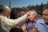 """22/08/2018 – El Papa Francisco animó hoyla Audiencia General de los miércoles continuando con su ciclo de catequesis dedicadas a los Mandamientos. """"Pronunciar…"""