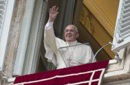 08/10/2018 – Junto a miles de fieles y peregrinos reunidos en la plaza de San Pedro, el Papa Francisco rezó la oración del…