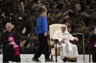 """El Papa y el secretario pontificio miran, con alegría, la """"travesura"""" de un niño argentino que llamó la atención de todos en el…"""