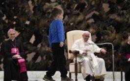 """El Papa y el secretario pontificio miran, con alegría, la """"travesura"""" de un niño argentino que llamó la atención de…"""
